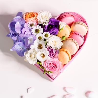 Inimă Roz din Flori și Macarons