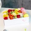 Cutie cu flori mix si macarons