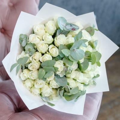 51 Trandafiri Albi în Hârtie Albă