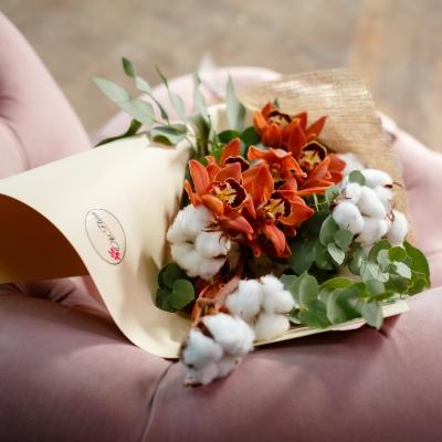 Buchet Cafeniu din Orhidei și Bumbac