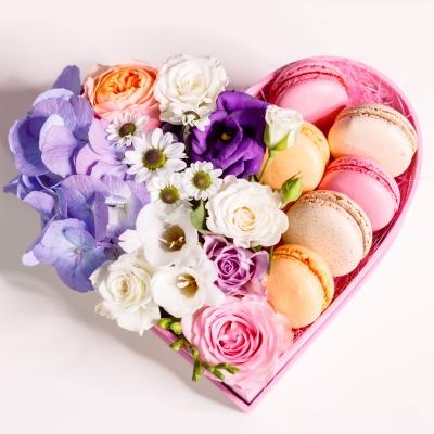 Inimă din Flori și Macarons