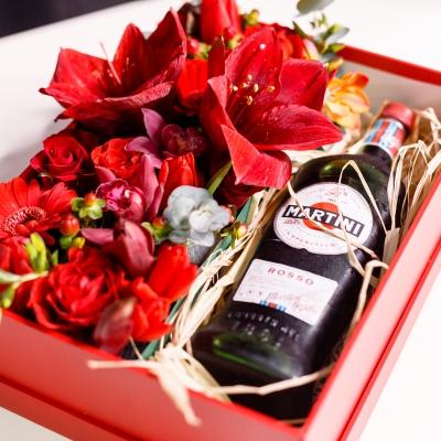Cutie Pătrată Roșie cu Flori și Martini