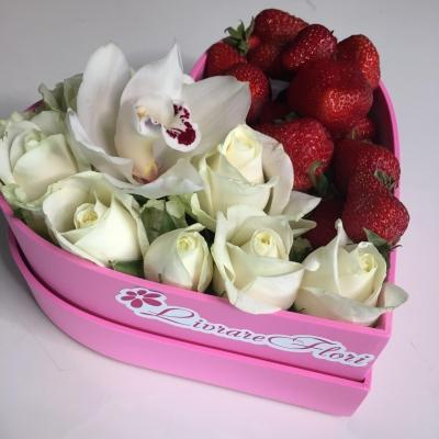 Inimă mică cu Căpșuni și Trandafiri Albi