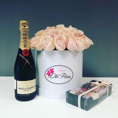 Set Special: Cutie de Lux cu Trandafiri, Moët Chandon și Macarons.