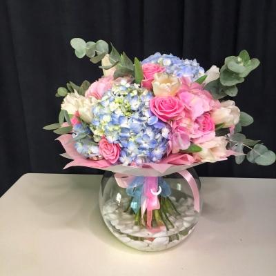 Buchet din Hortensii Albastre și Trandafiri Roz