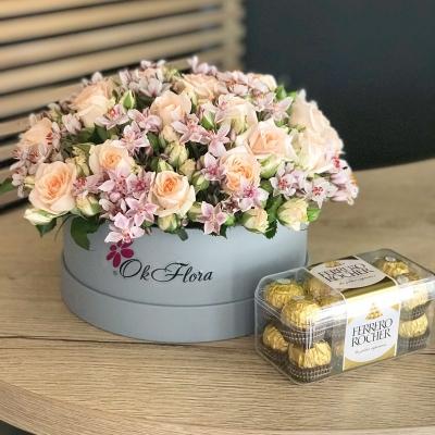 Cutie cu Trandafiri Tross + Ferrero Rocher Cadou