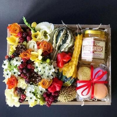 Lădiță cu Flori, Macarons și Miere