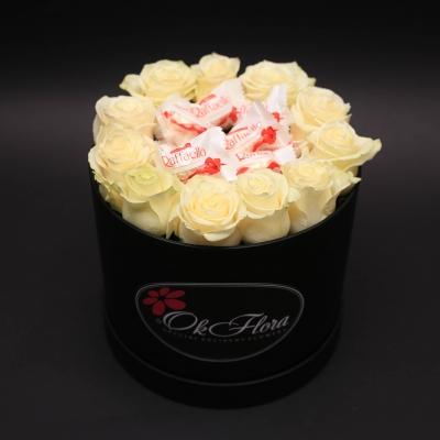 Cutie cu Trandafiri Albi și Raffaello