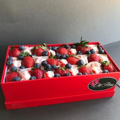 Cutie cu Căpșuni, Afine și Raffaello