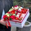 Cutie Alb-Roșu cu Flori, Căpșuni și Raffaello