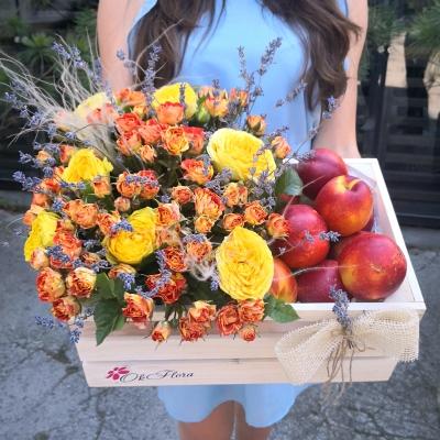 Lădiță cu Trandafiri și Nectarine