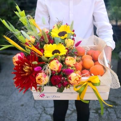 Lădiță cu Aranjament din Flori Mixte și Caise