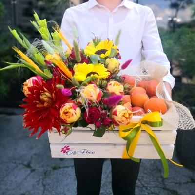 Lădiță cu Aranjament din Flori Mixte și Piersici