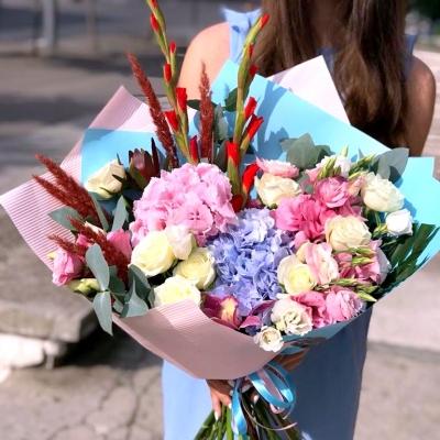 Buchet cu Hortensie Roz și Albastră, Trandafiri, Eustome, Gladiole