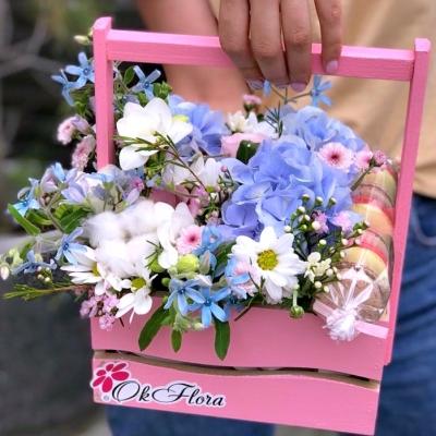 Lădiță cu Flori Alb-Albastru și Macarons