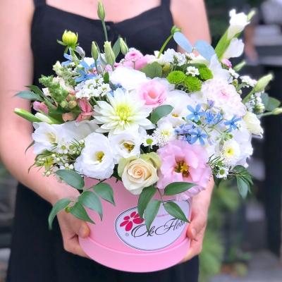 Aranjament din Flori Alb-Roz în Cutie