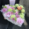 Inimă Albă cu Flori Roz și Mere