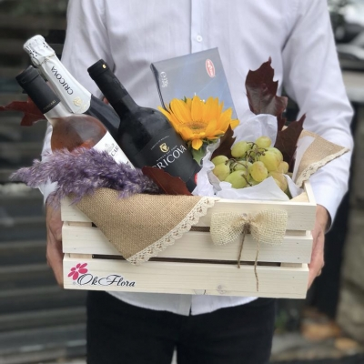 Lădiță cu 3 Sticle de Vin, Struguri și Meteorit