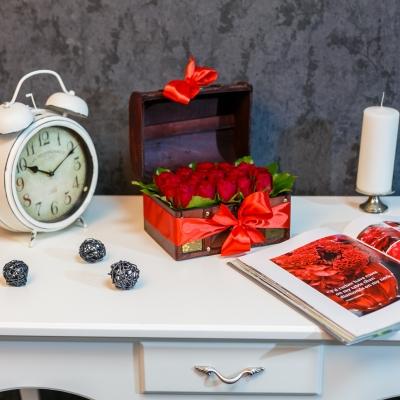 Lădiță medie cu trandafiri roșii