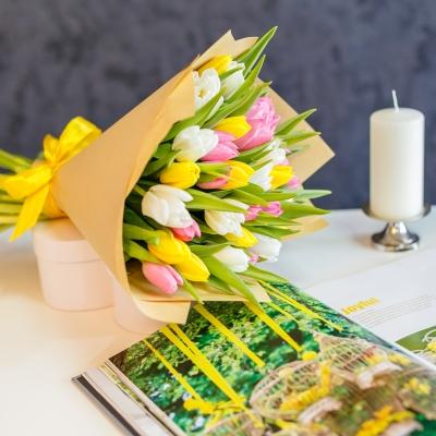 Buchet din lalele alb-roz-galben în Hârtie