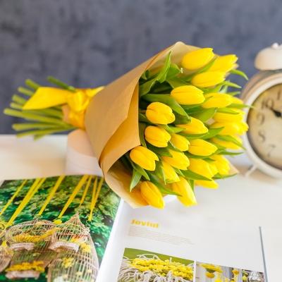 Buchet din 25 lalele galbene in hirtie naturala