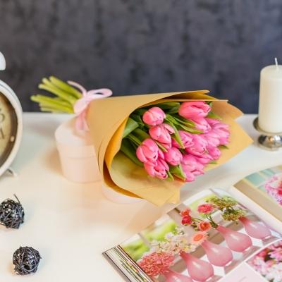 Buchet din 15 lalele roz in hirtie naturala